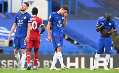"""Hậu vệ Chelsea """"chơi bóng bầu dục"""" với Mane và VAR không tha thứ"""