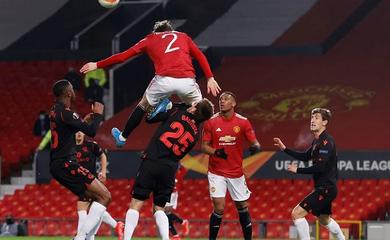 MU mất oan bàn thắng trước Sociedad do Lindelof bay người thô bạo