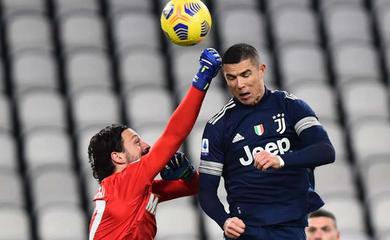 """Ronaldo lại gây kinh ngạc với cú bật nhảy """"phi lý"""""""