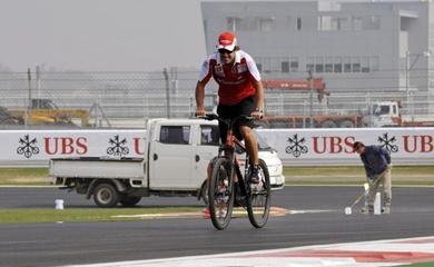 Cựu vô địch F1  Fernando Alonso chuẩn bị trở lại bằng tình huống oái oăm: Đua xe vô địch, đạp xe nằm viện!