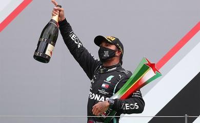 Cha Lewis Hamilton bật khóc khi con trai phá kỷ lục thế giới