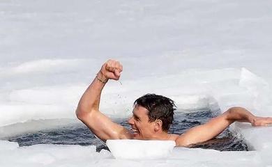 Con người thân trần có thể bơi trên băng bao xa?