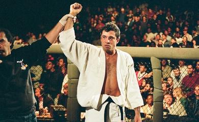 Huyền thoại UFC Royce Gracie luyện tập bắn súng từ thầy của John Wick