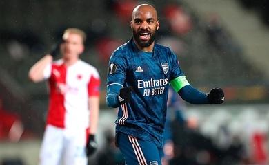 Lacazette quỳ gối thách thức trước khi lập cú đúp cho Arsenal