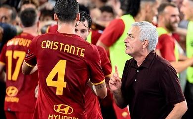 Mourinho như đứa trẻ 12 tuổi khi ăn mừng trận đấu thứ 1000