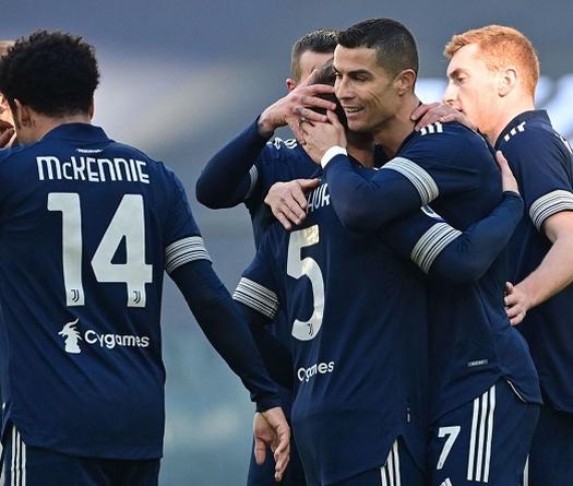 Ronaldo nhận giải thưởng trước thềm trận Juventus vs Bologna