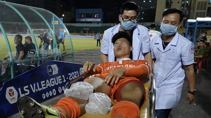 Nhập viện khẩn cấp, cầu thủ Bình Định vẫn chưa xác định mức độ chấn thương