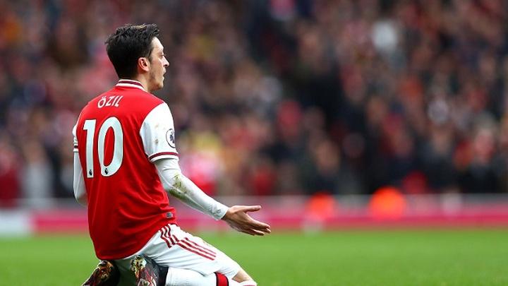 Arsenal tính học MU nhằm tống tiễn Oezil