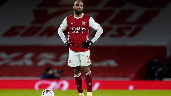 """Lacazette bị CĐV Arsenal """"ném đá"""" khi bỏ lỡ ghi bàn trước Leicester"""