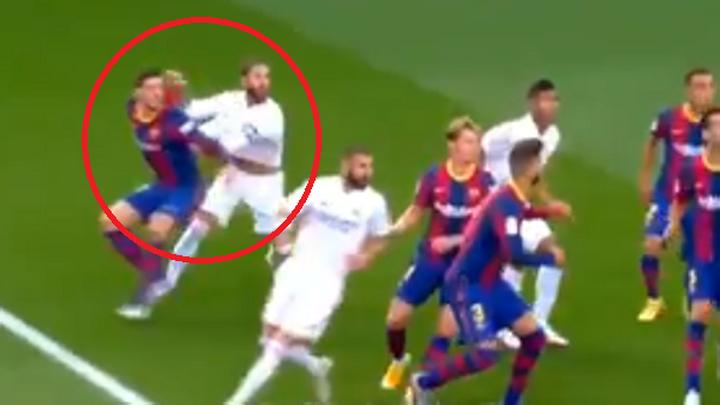 """Ramos """"gây hấn"""" thế nào khiến hậu vệ Barca phải phạm lỗi?"""