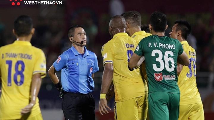 """Trọng tài """"cướp"""" 4 quả phạt đền của Nam Định bị treo còi"""
