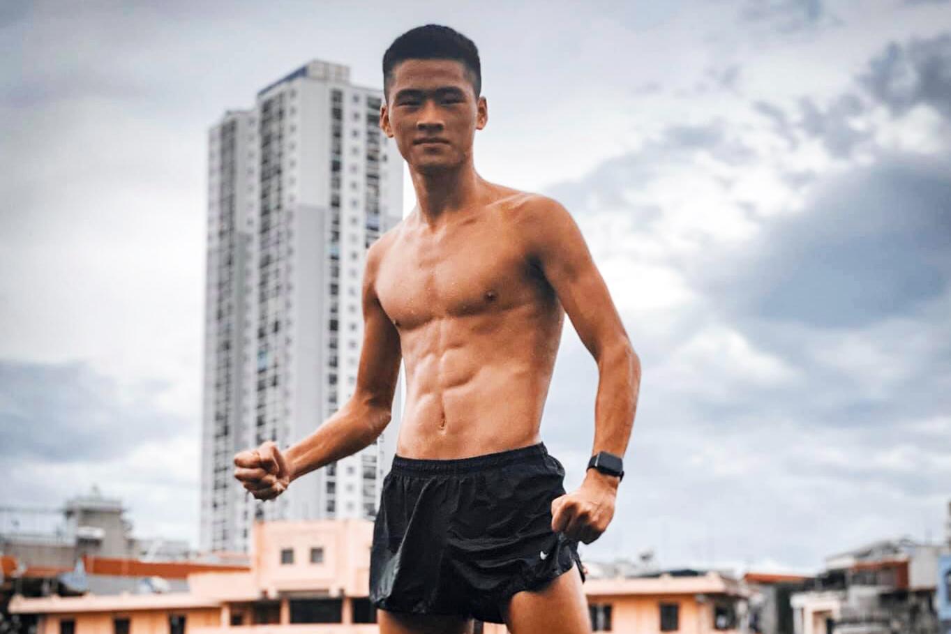 Chàng trai Hà Nội 17 tuổi bụng 6 múi phá kỷ lục đi bộ 5000m Giải Điền kinh trẻ Quốc gia 2020