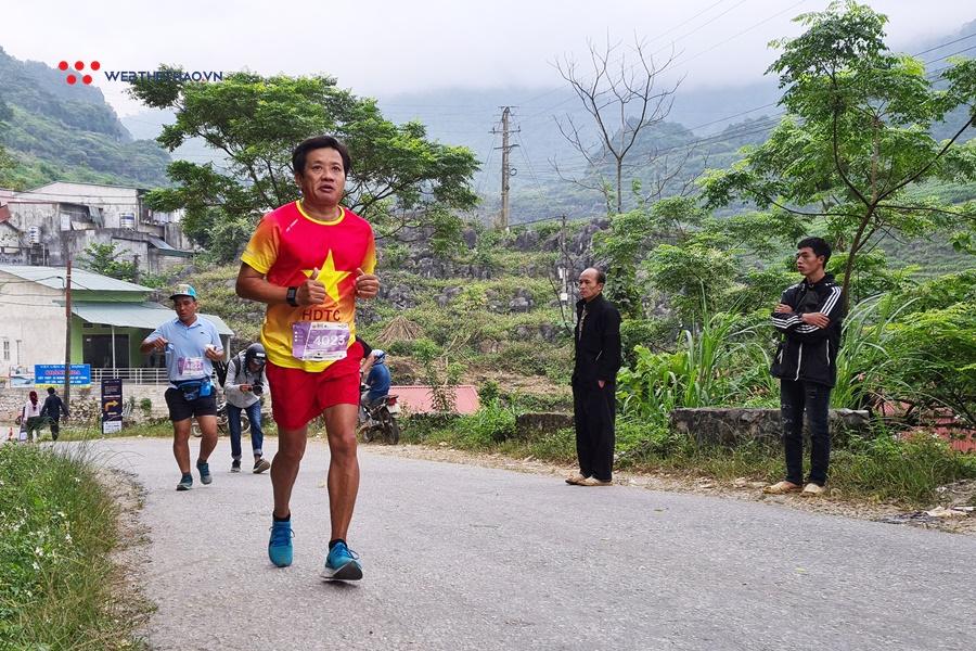"""Ông Hải """"vỉa hè"""" nỗ lực hoàn thành đường chạy marathon ở Hà Giang"""