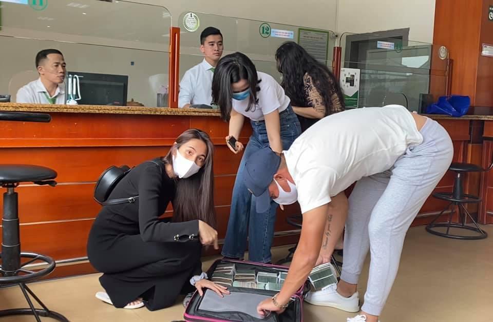 Công Vinh cùng Thuỷ Tiên rút cả vali tiền đi cứu trợ đồng bào miền Trung