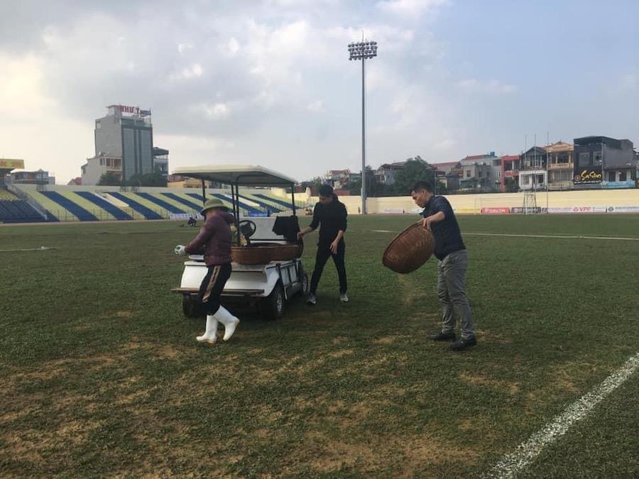 Tận dụng quãng nghỉ, Thanh Hoá cấp tốc cải tạo mặt sân