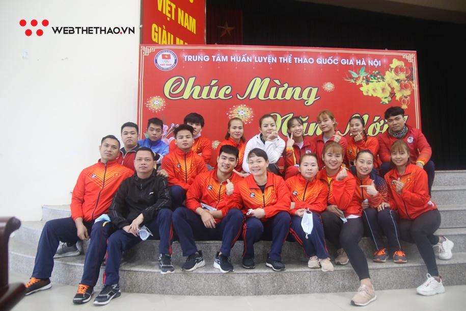 """Bữa tất niên ấm cúng xua đi nỗi nhớ nhà của những VĐV """"mắc kẹt"""" ở Hà Nội"""