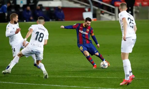Messi khiến gây mãn nhãn với siêu phẩm dù bị phạm lỗi thô bạo