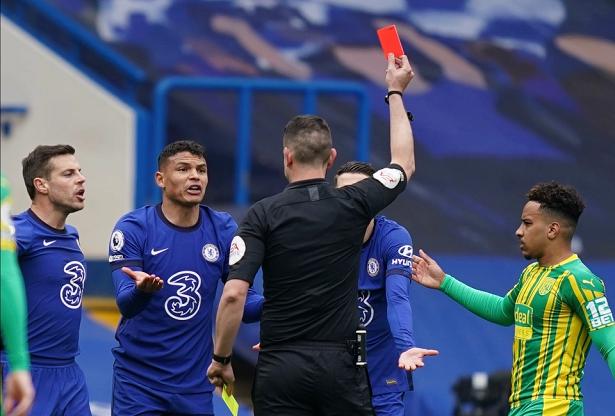 CĐV Chelsea phản ứng khi Silva nhận thẻ đỏ gây tranh cãi