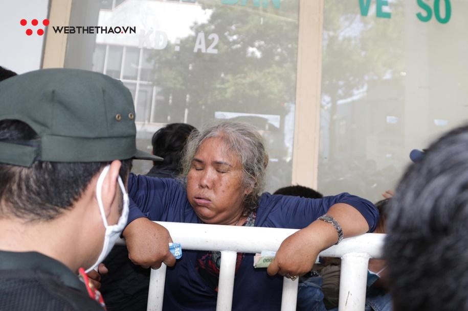 Chen lấn mua vé xem đại chiến HAGL vs Hà Nội