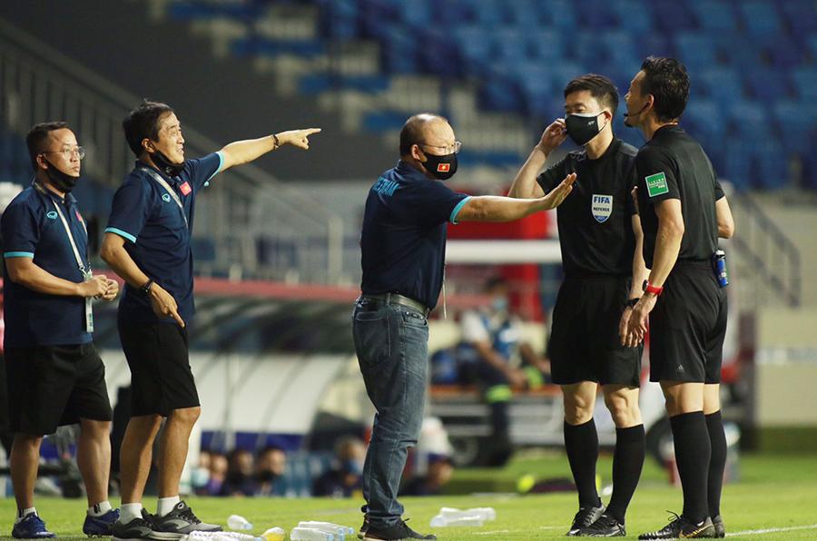 Lại nhận thẻ vàng, ông Park bị cấm chỉ đạo trận gặp UAE