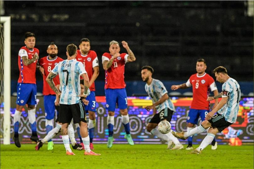Messi lại vượt Ronaldo sau siêu phẩm sút phạt vào lưới Chile