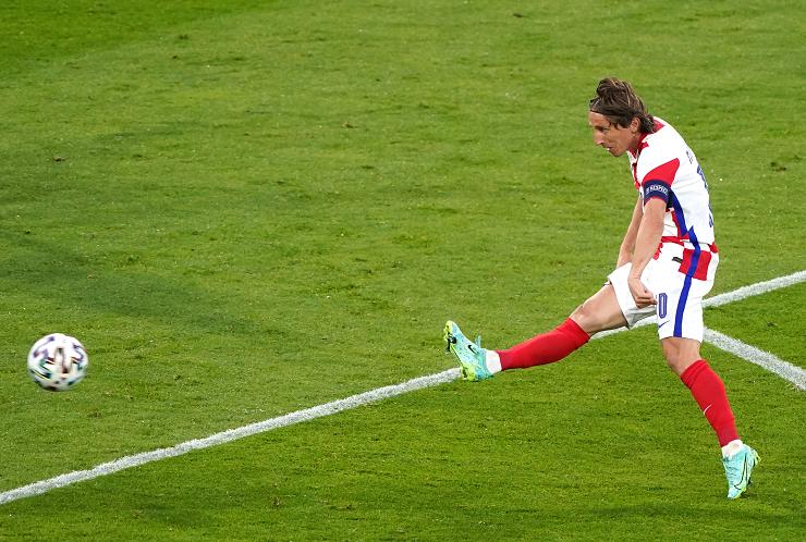 Modric vẩy má ngoài lập 2 cột mốc ghi bàn đặc biệt tại EURO với Croatia