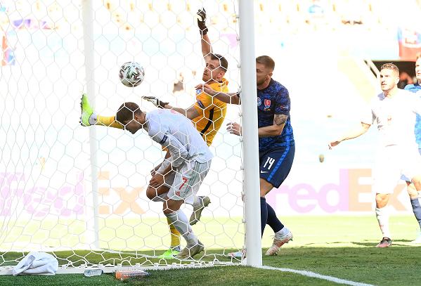 Thủ môn Slovakia gây sốc khi tự đập bóng vào lưới nhà
