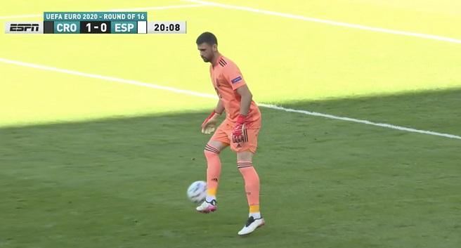 Thủ môn Tây Ban Nha phản lưới không tưởng ở trận gặp Croatia