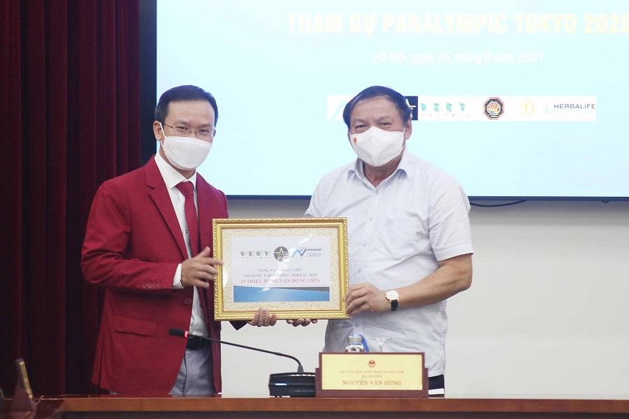 Vietcontent trao quà tới các VĐV và Đoàn Thể thao Việt Nam dự Paralympic Tokyo 2020