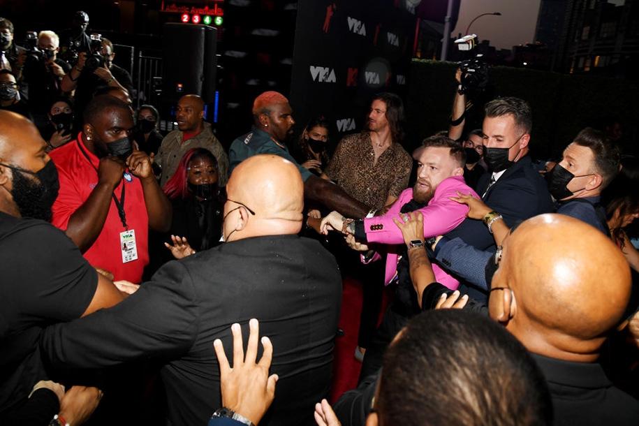 """Conor McGregor định nói chuyện bằng """"nắm đấm"""" với bạn trai Megan Fox trên thảm đỏ MTV VMA"""