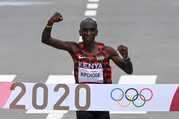 Eliud Kipchoge bảo vệ thành công HCV Olympic, không có kỷ lục marathon nam