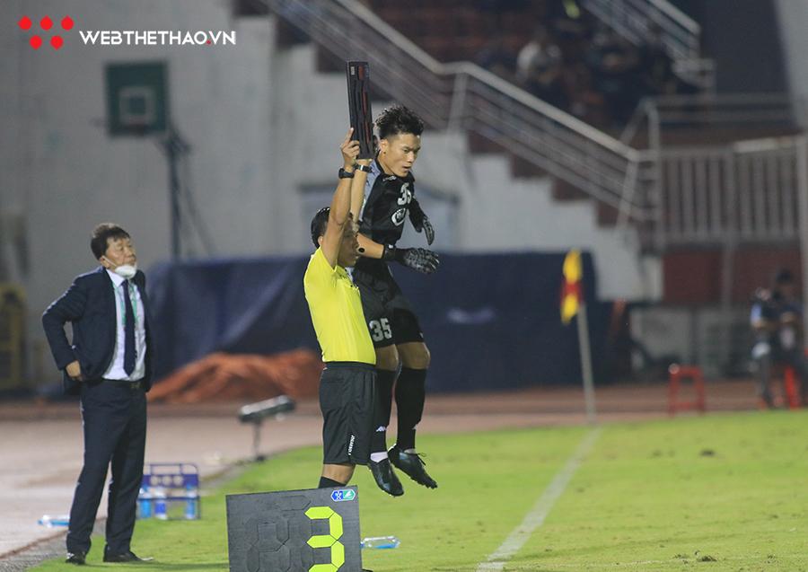 Bùi Tiến Dũng được vào sân cuối hiệp 2 thay cho thủ môn Thanh Thắng, HLV Chung Hae-seong thực hiện mục đích tận dụng khả năng bắt phạt đền của thủ môn quê Thanh Hóa.