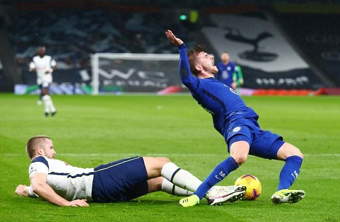 Mourinho bị công kích sau hiệp 1 tệ không tin nổi trước Chelsea