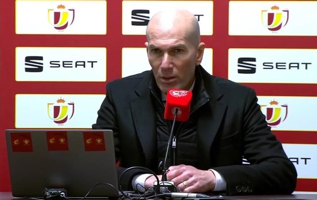 CĐV Real Madrid quay lưng với HLV Zidane trong cuộc thăm dò