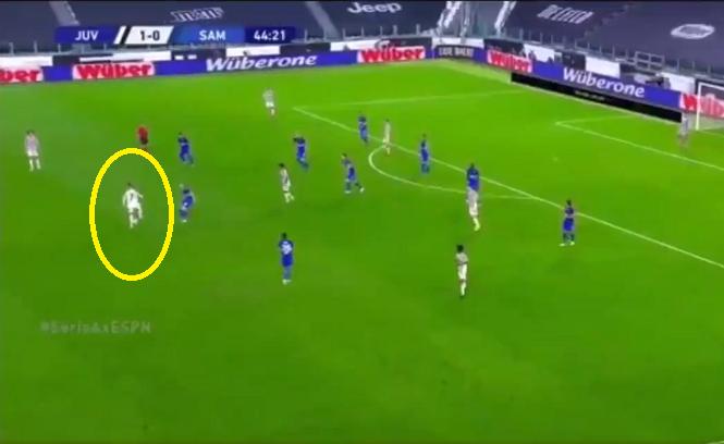 """Ronaldo và Messi chuyền bóng """"không cần nhìn"""" khác nhau thế nào?"""