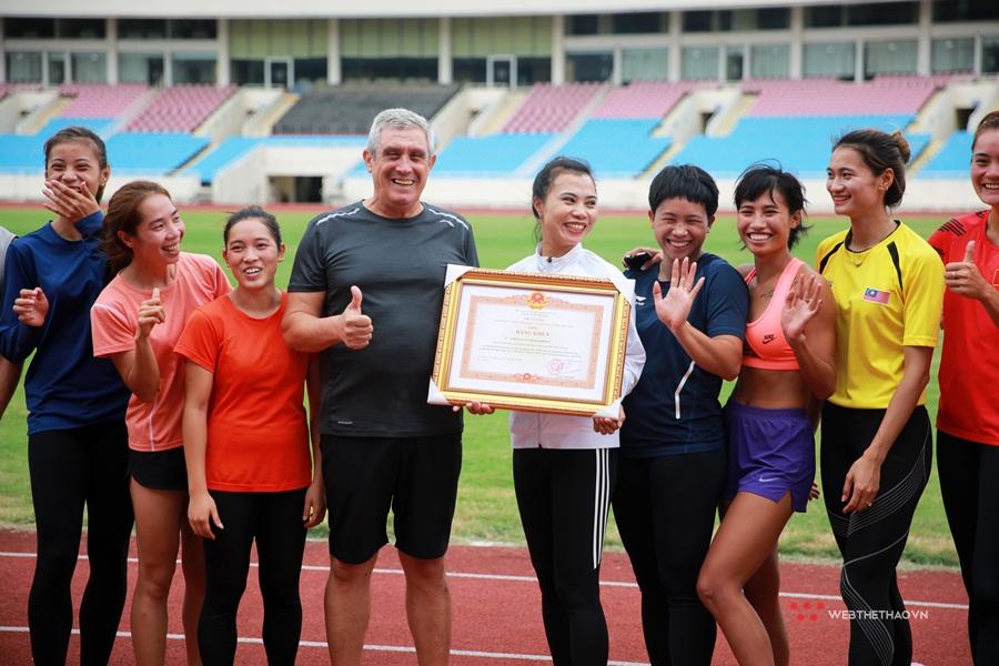 """Tổ chạy 400m quốc gia chúc mừng """"thầy Si mê"""" nhận Bằng khen của Thủ tướng"""