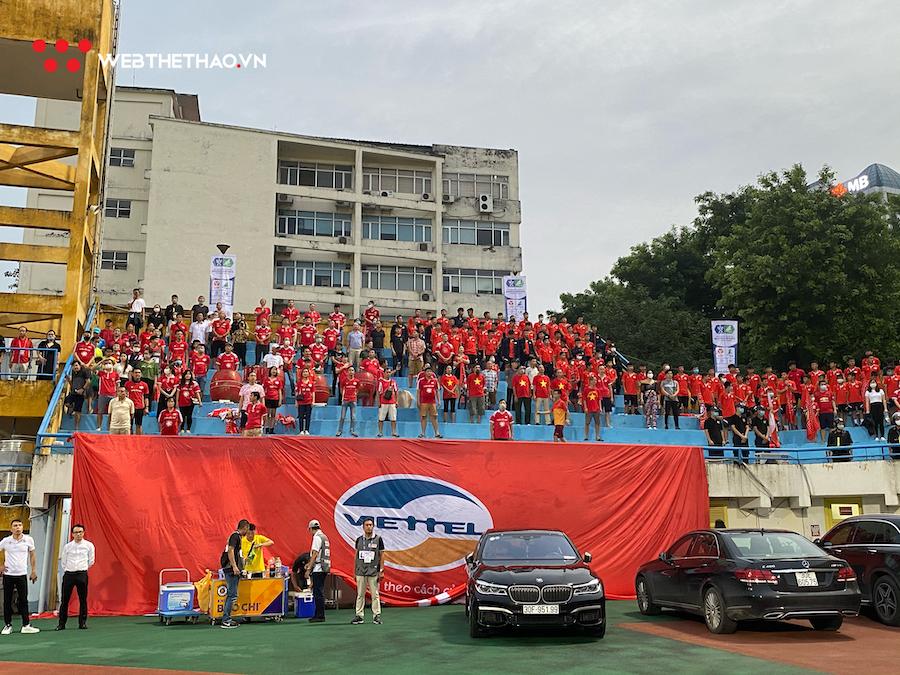 CĐV Viettel bức xúc vì bị ô tô đội Hà Nội chắn ngang khán đài