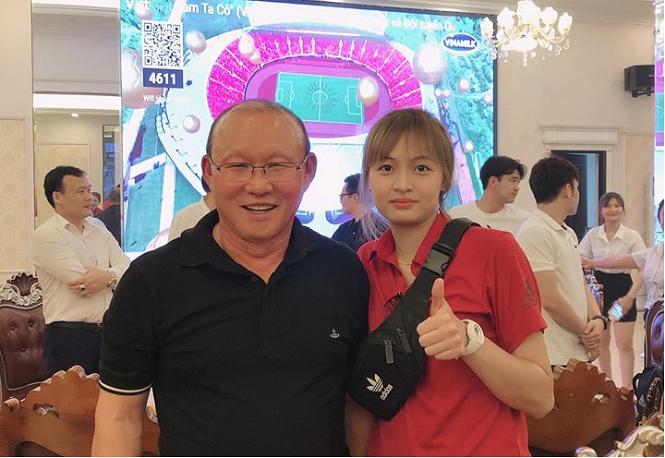 Dàn cầu thủ bóng chuyền Than Quảng Ninh khoe ảnh bên HLV Park Hang Seo