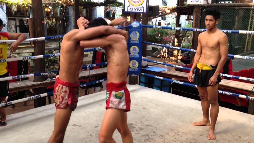 Top 5 sai lầm thường gặp khi tập Clinch (ôm ghì) trong Muay Thái