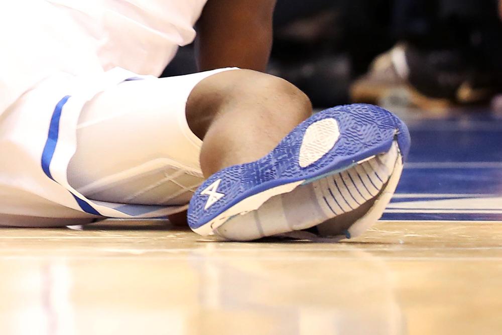Nhìn lại LeBron James, Manu Ginobili và các cầu thủ đã từng bị hỏng giày tại NBA