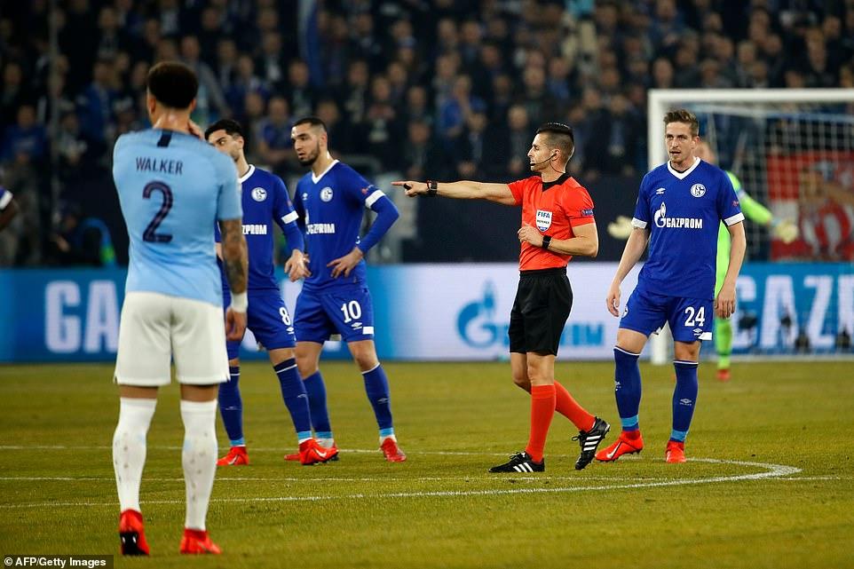 Pep Guardiola phản ứng về VAR và nhận định sốc về cơ hội vô địch của Man City