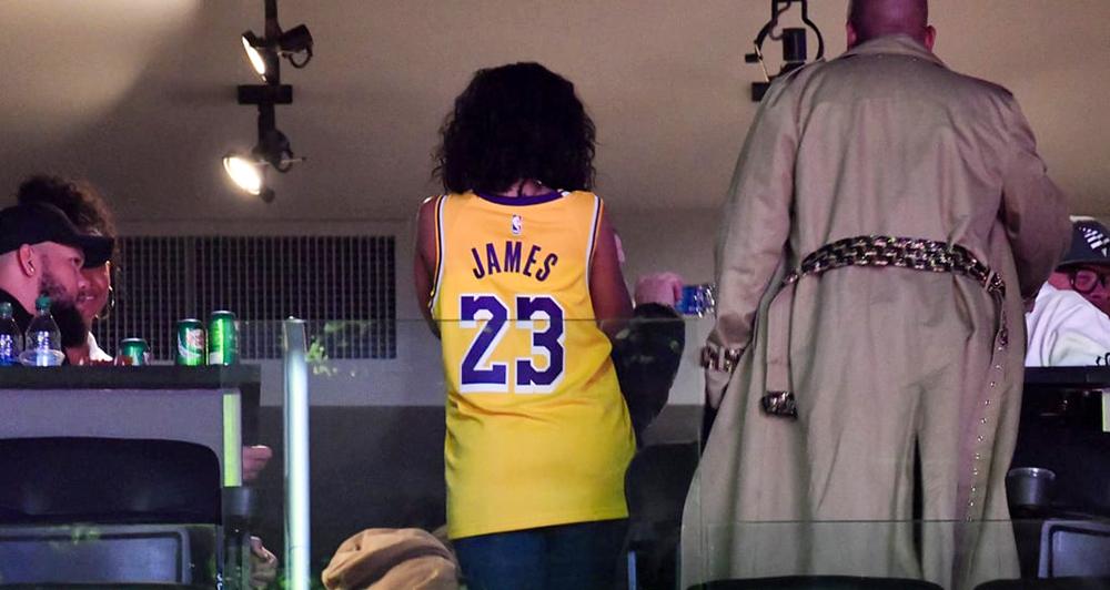 Hoá ra vận may của LeBron James và Los Angeles Lakers là... gái hư Rihanna?