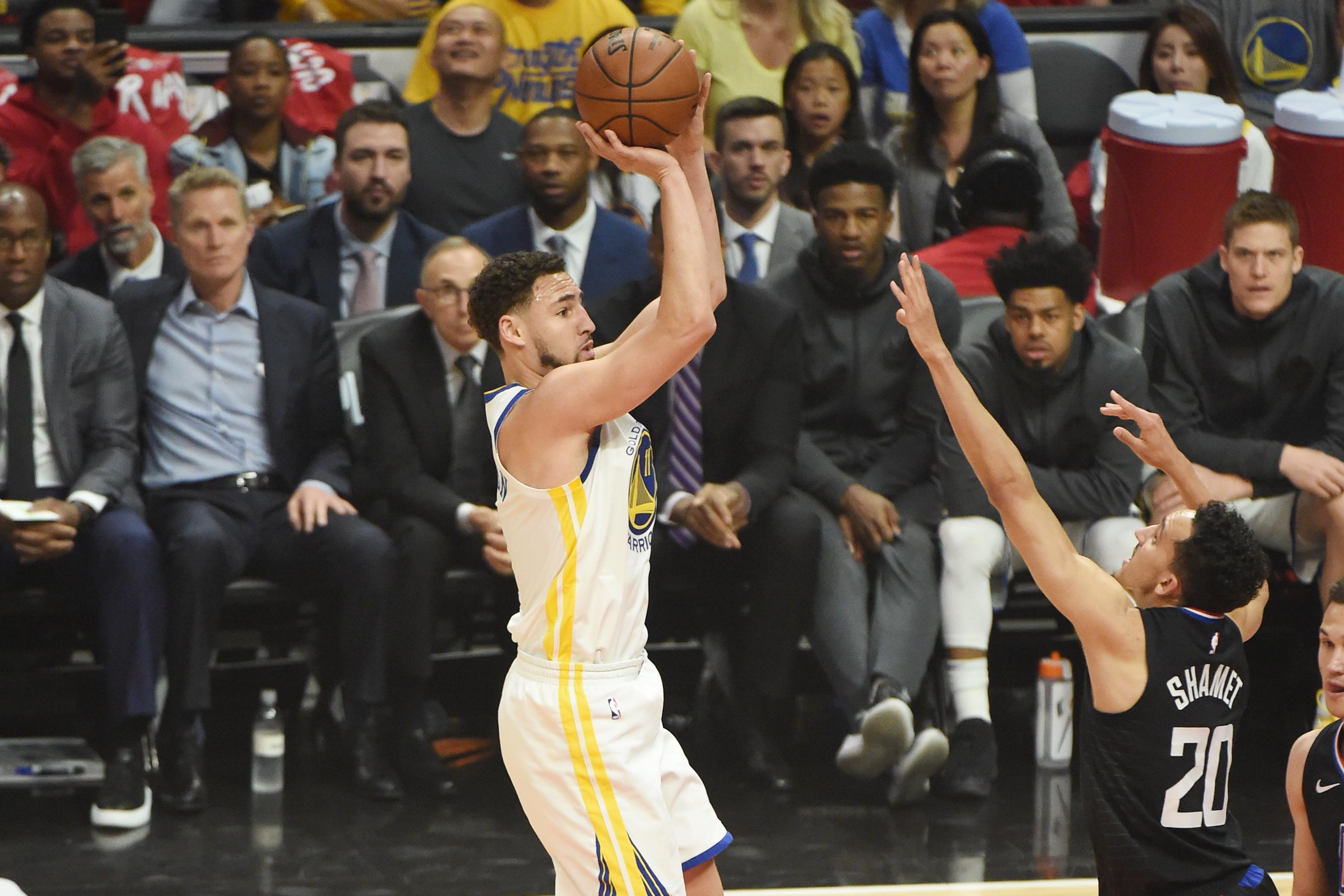 Harden gọi, Curry trả lời, siêu sao tắt điện nhưng đội vẫn thắng như một trò đùa