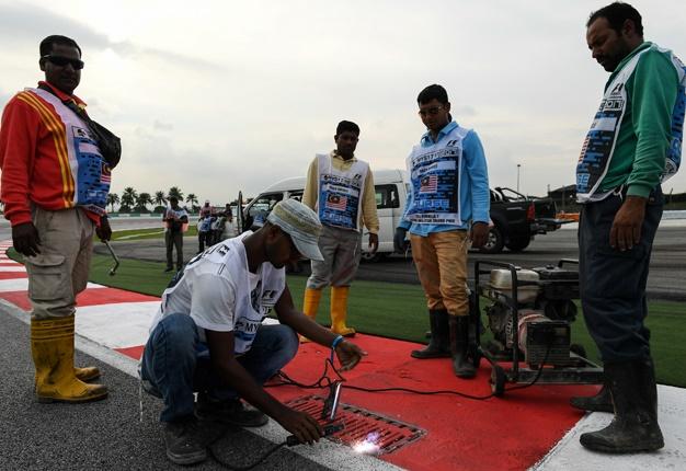 Nắp cống thoát nước: Mối nguy ẩn mình cho xe đua Thể Thức 1