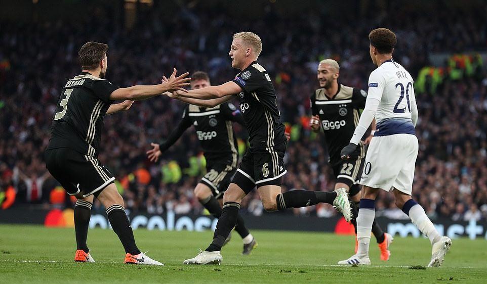 CĐV Tottenham chỉ trích VAR thậm tệ vì bàn thắng tranh cãi của Ajax