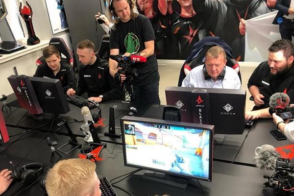 Thủ tướng Đan Mạch Lars Løkke Rasmussen cùng các tuyển thủ eSport Astralis chơi CS:GO