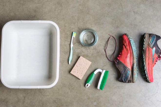 Cách vệ sinh giày chạy bộ bị bẩn khi gặp mưa bão