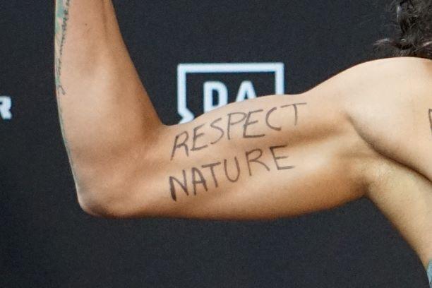 Nữ võ sĩ MMA vận động bảo vệ rừng Amazon