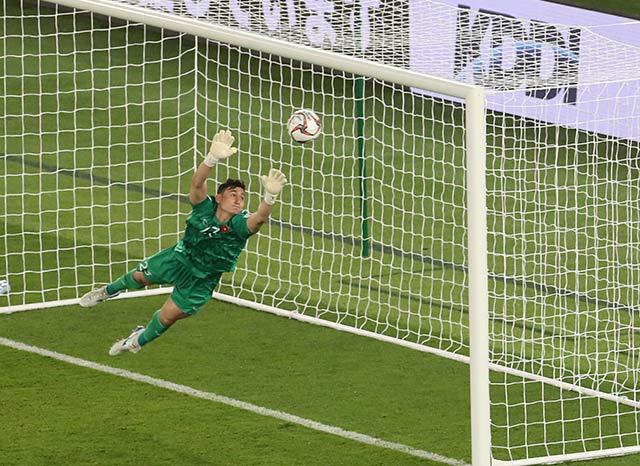 Cựu tuyển thủ, Thủ môn Thế Anh: Văn Lâm chưa chọn vị trí tốt lắm, nhưng tình huống sút phạt quá khó!