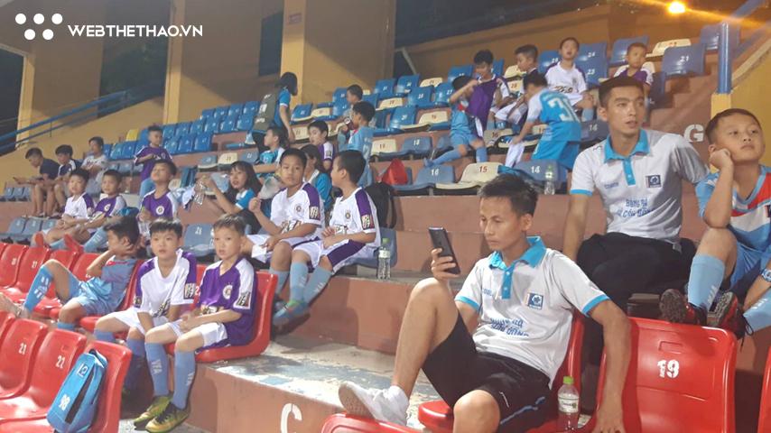 Những khán giả ngoại lệ được vào sân ở trận Hà Nội FC vs Viettel